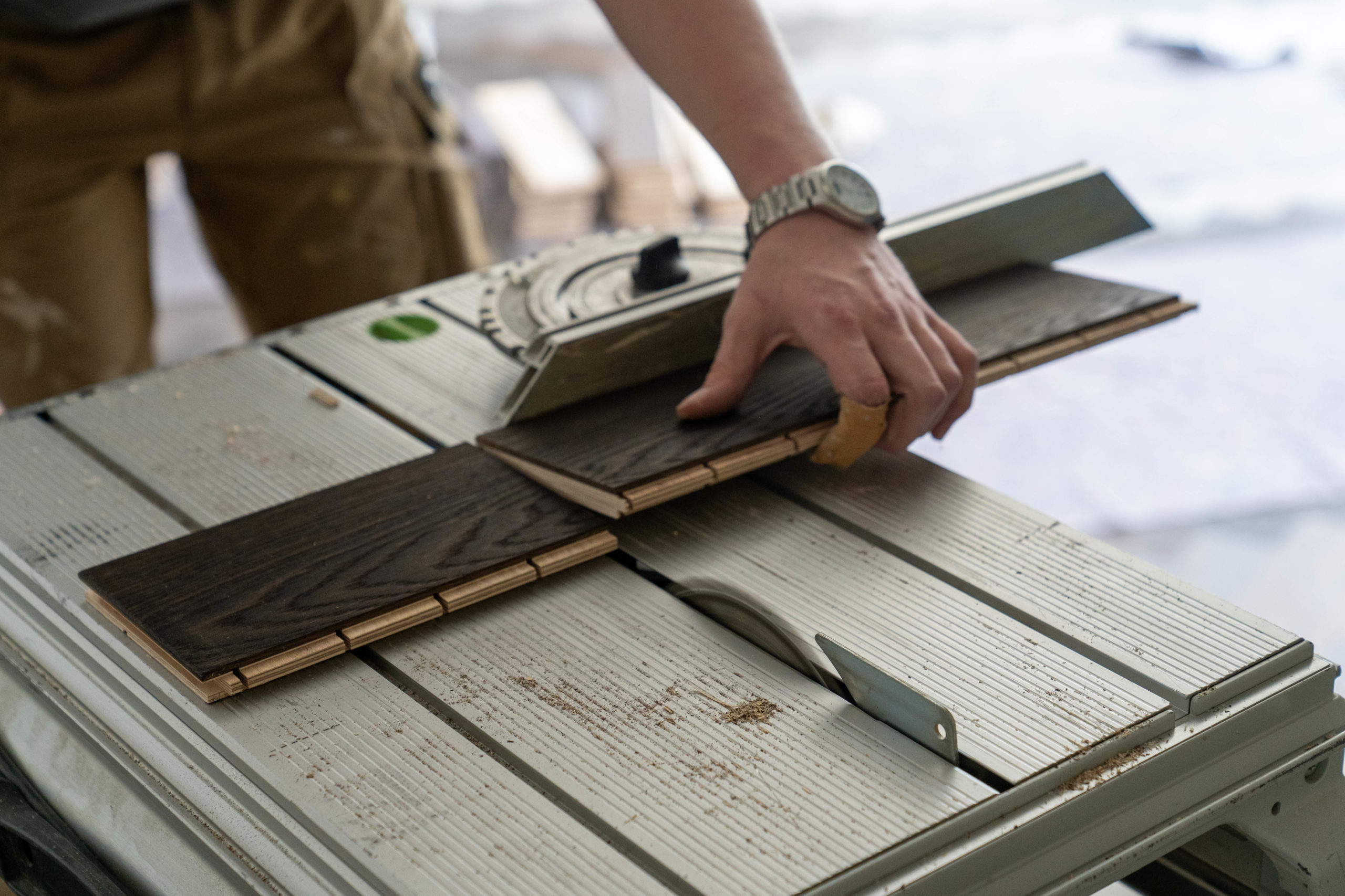 Zurechtsägen eines Parkettbodens aus Holz