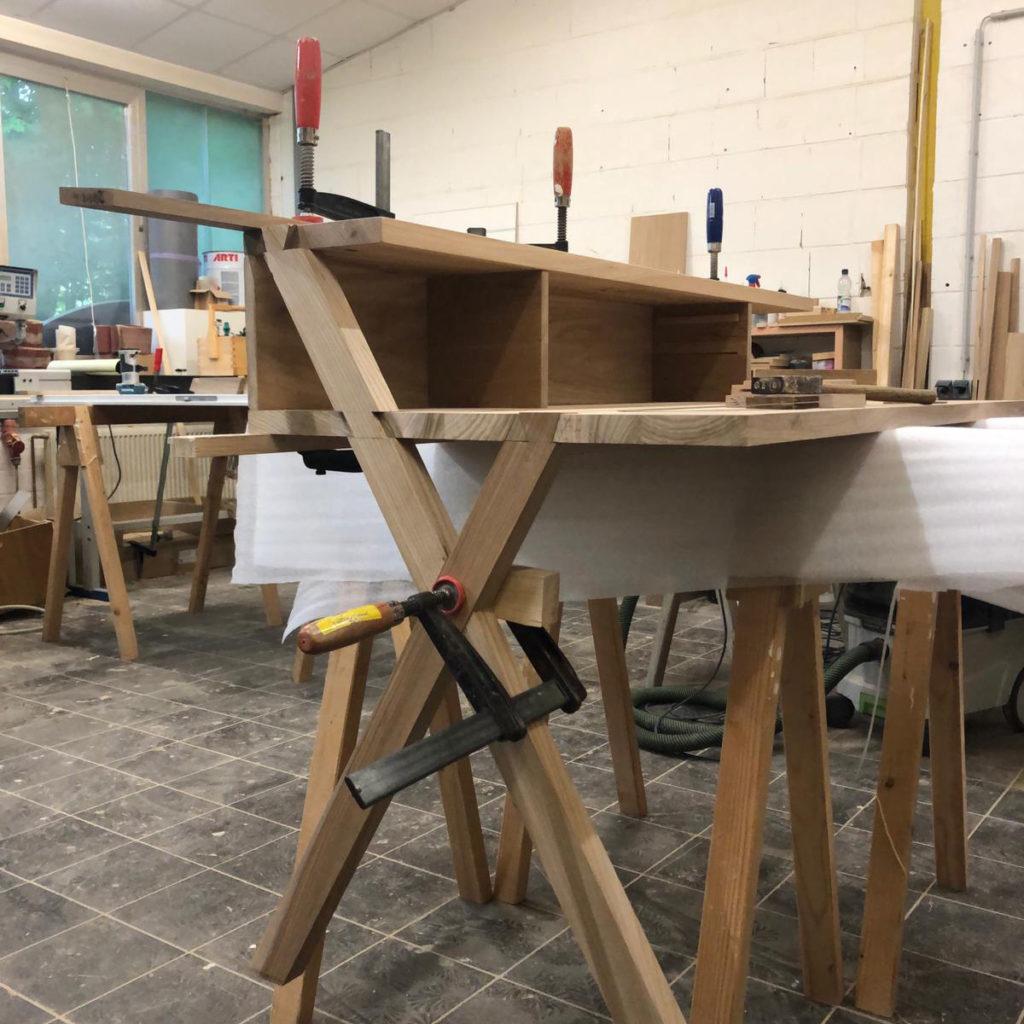 Individueller Schreibtisch in der Tischlerei