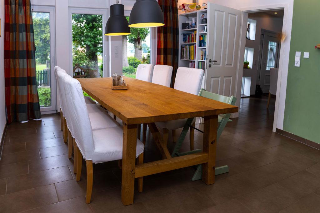 Massivholzmöbel Tisch im Wohnzimmer